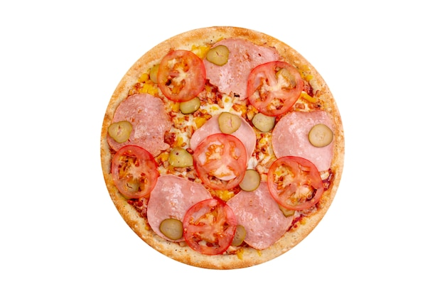 Pizza odizolowywająca na białym tle. gorące fast foody z serem, pomidorami i solonymi ogórkami.
