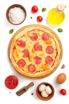 Pizza pepperoni i składniki na białym tle