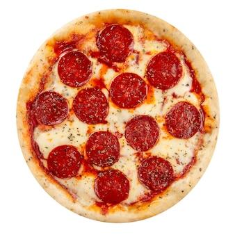 Pizza pepperoni na białym tle z salami