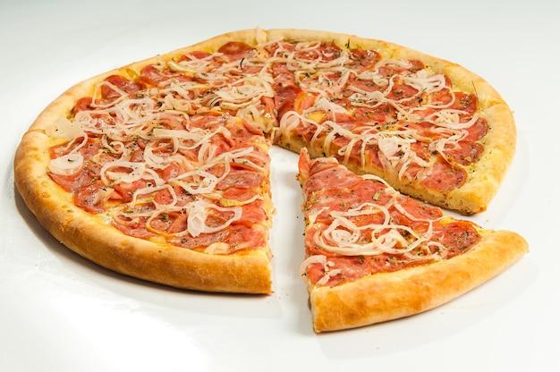 Pizza pepperoni na białym tle