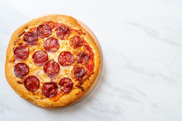 Pizza pepperoni na drewnianej tacy, włoskie jedzenie