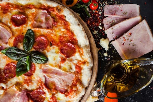 Pizza pepperoni. tucz i pyszny posiłek z dużą ilością mięsa