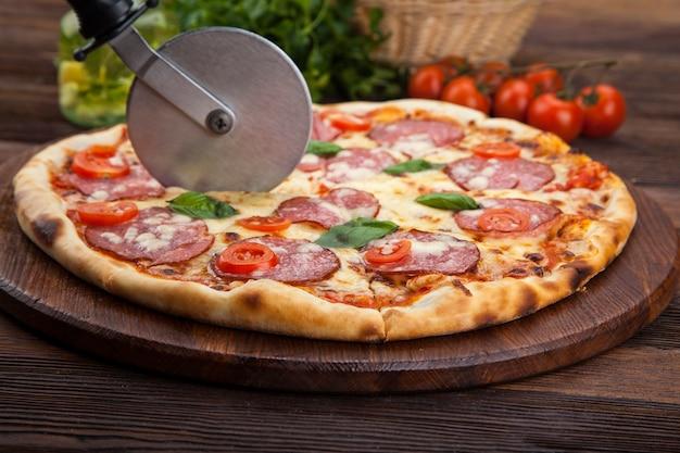 Pizza pepperoni z pomidorami i bazylią