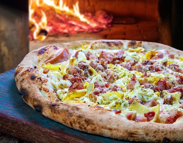 Pizza pieczona w piecu opalanym drewnem, z boczkiem i porami