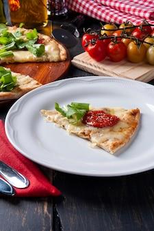 Pizza po brazylijsku z mozzarellą, suszonymi pomidorami i rukolą.