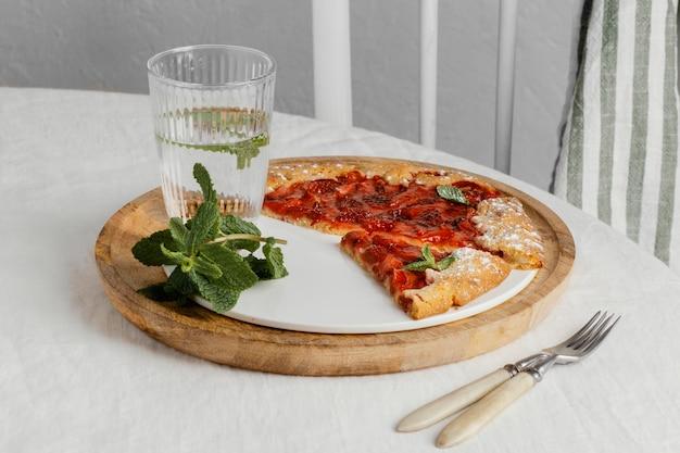 Pizza pod dużym kątem na śniadanie