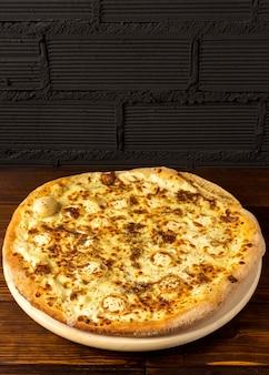 Pizza pod dużym kątem z serem