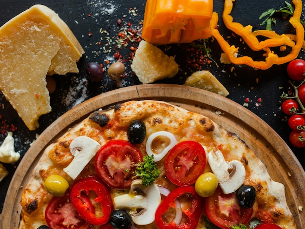 Pizza primavera.. pyszna, tradycyjna włoska koncepcja przepisu