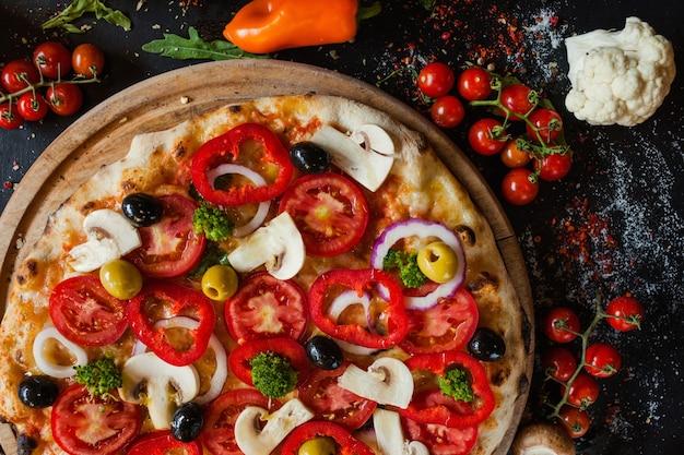 Pizza primavera. zdrowe składniki roślinne. pyszna tradycyjna włoska koncepcja jedzenia