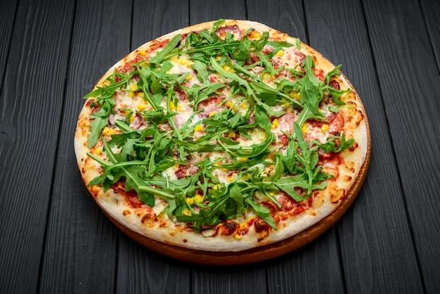 Pizza prosciutto i rukola z sosem marinara