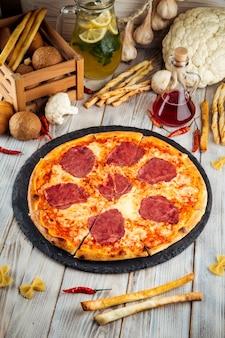 Pizza prosciutto z sosem pomidorowym i szynką