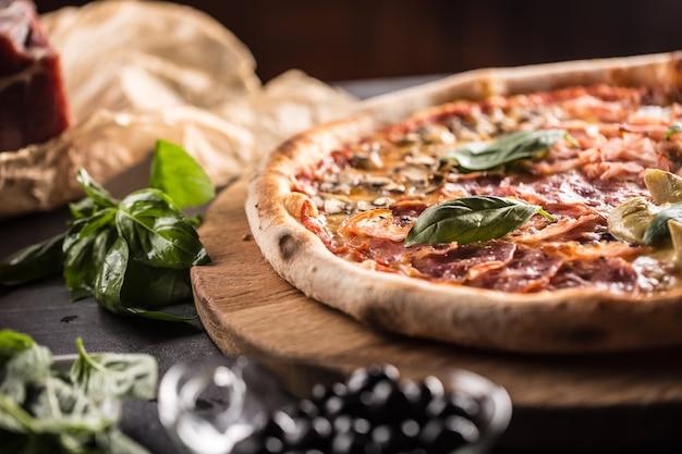 Pizza quatro stagioni czterosezonowa tradycyjna włoska potrawa z karczochami i grzybami