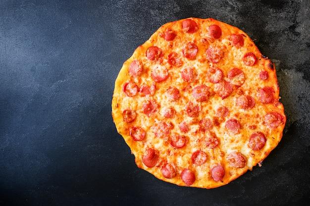 Pizza salami kiełbaski ser klasyczny przepis