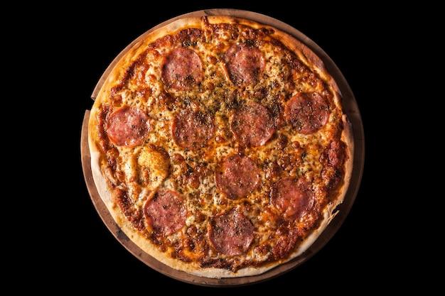 Pizza salami na ciemnym tle