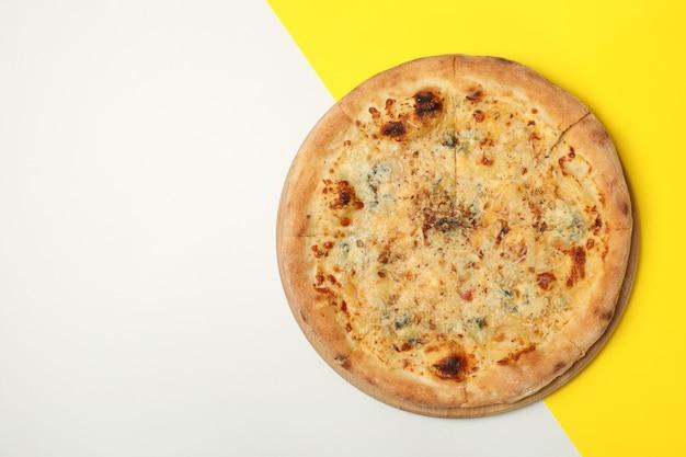 Pizza serowa w dwóch odcieniach
