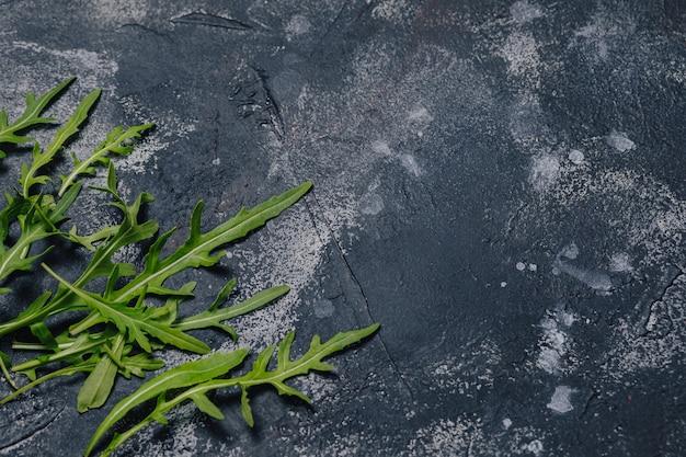 Pizza składniki na zmroku betonu tle, neapolitan pizza, kulinarny pojęcie