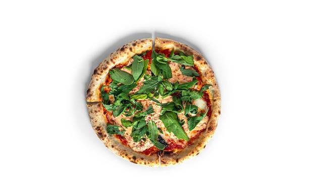 Pizza tonno con cipolla na białym tle na białym tle. zdjęcie wysokiej jakości