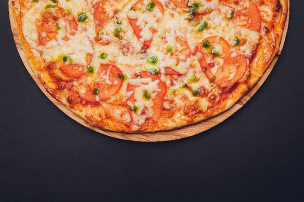 Pizza. tradycyjna włoska pizza margarita z sosem pesto z zielonej bazylii.