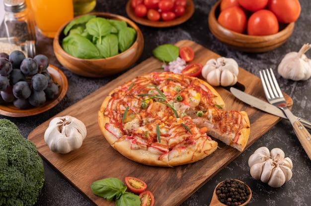 Pizza umieszczona na drewnianym talerzu.