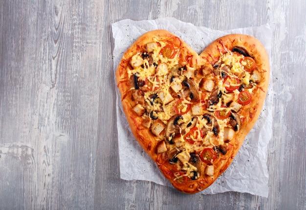 Pizza w kształcie serca z kurczakiem i pieczarkami