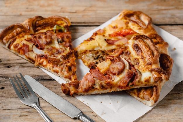 Pizza w papierowym pudełku na drewnianym stole