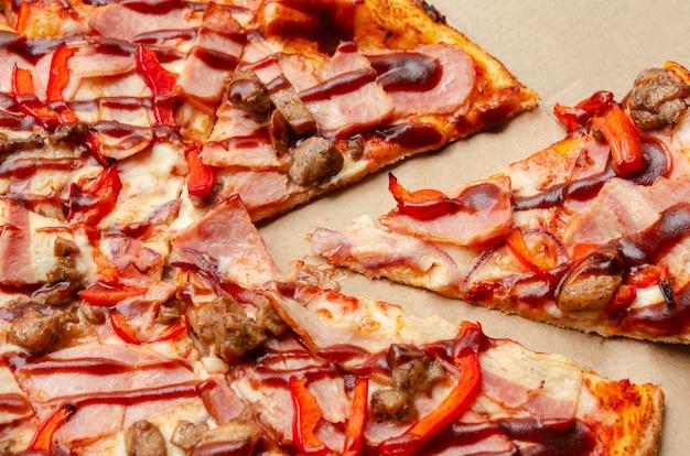 Pizza w pudełku kartonowym