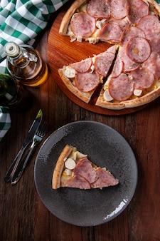 Pizza w stylu brazylijskim z polędwicą wołową z mozzarellą, sercami palmowymi i kukurydzą. widok z góry. skopiuj miejsce
