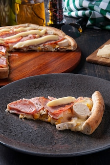 Pizza w stylu brazylijskim z polędwicą wołową z mozzarellą, sercami palmowymi i kukurydzą. zwieńczony serkiem śmietankowym