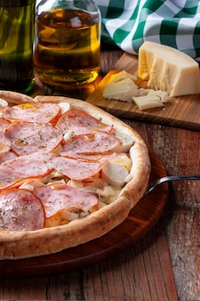 Pizza w stylu brazylijskim z polędwicą wołową z mozzarellą, sercami palmowymi i kukurydzą