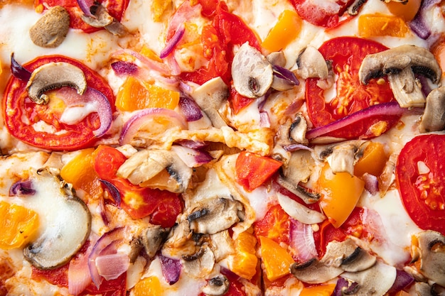 Pizza warzywa pomidor papryka cebula grzyby kukurydza i więcej świeża porcja gotowy do spożycia posiłek