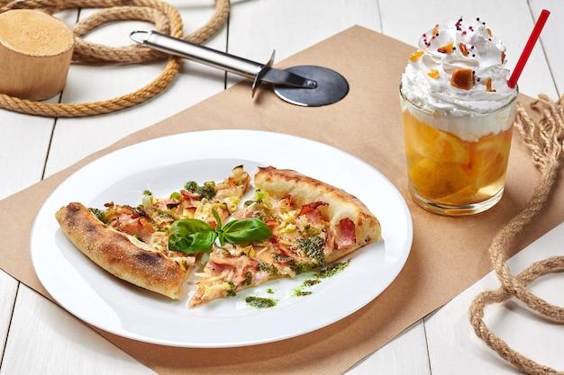 Pizza z bazylią z boczkiem i porem z lemoniadą z bitą śmietaną