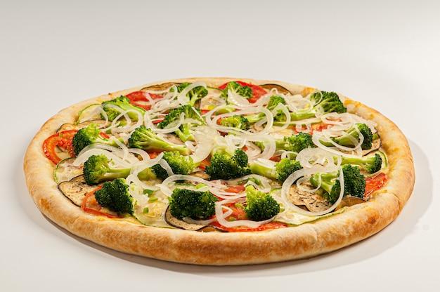 Pizza z brokułami, cukinią, bakłażanem i cebulą