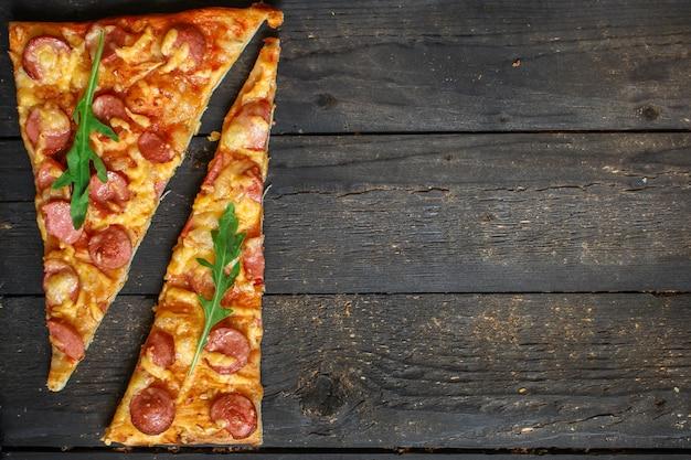 Pizza z kiełbasami (sos pomidorowy, ser, mięso)
