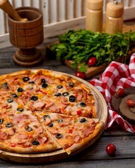 Pizza z kiełbasami z oliwkami, pomidorem i papryką