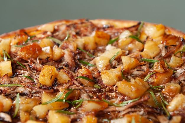 Pizza z kozim mięsem z ananasem i rozmarynem pizza brazylijska