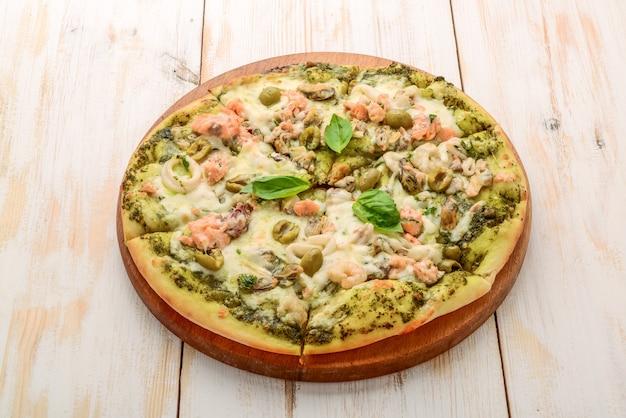Pizza z krewetkami, łososiem i oliwkami, pesto
