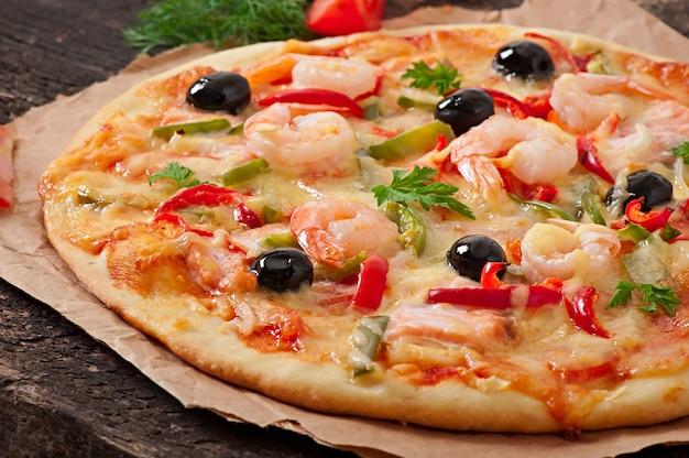 Pizza z krewetkami, łososiem i oliwkami