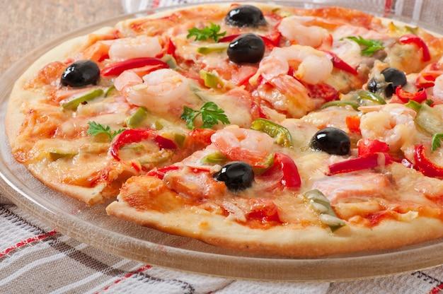 Pizza z krewetkami, oliwkami z łososia