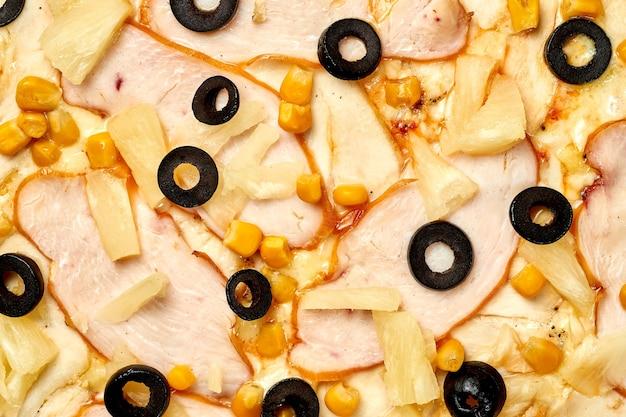 Pizza z kurczakiem i ananasem, sos i ser topiony, chrupiące dodatki na białym tle