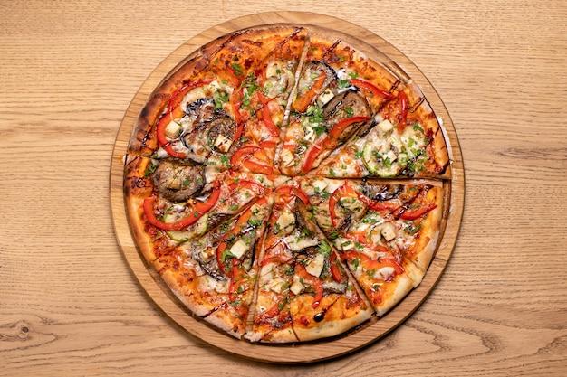Pizza z mięsem kurczaka widok z góry.