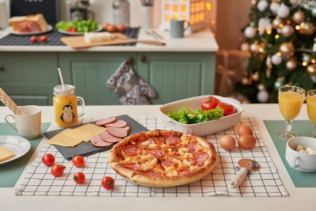 Pizza z mozzarellą na świątecznym stole