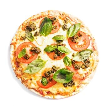 Pizza z mozzarellą, pomidorami i zielonym pesto bazyliowym na białym tle