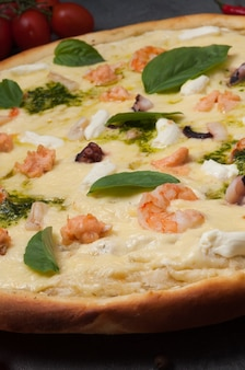 Pizza z owocami morza: krewetkami, kalmarami, łososiem i serkiem