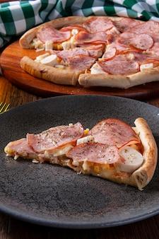 Pizza z polędwicy w stylu brazylijskim z mozzarellą, sercami palmowymi i kukurydzą