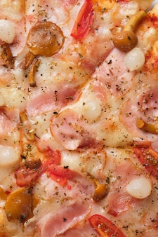 Pizza z pomidorami bekon kiszona cebula miód pieczarki ser mozzarella i sos pomidorowy