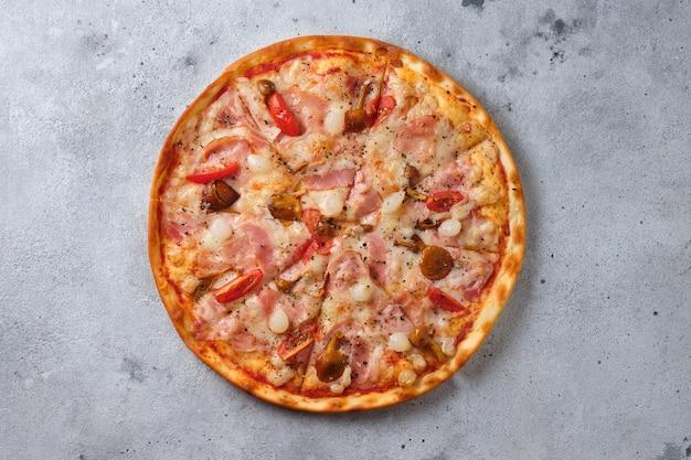 Pizza z pomidorami bekon kiszona cebula miodem grzyby ser mozzarella przyprawy i sos pomidorowy