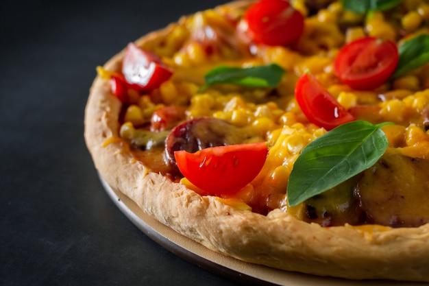 Pizza z pomidorami i bazylią z bliska