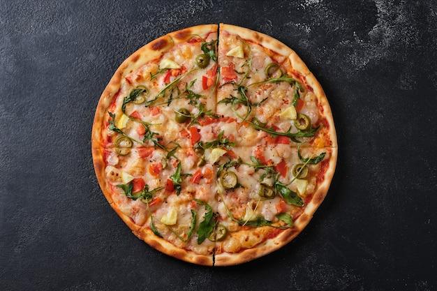 Pizza z pomidorami krewetki rukola oliwki cytryna mozzarella ser przyprawy i sos pomidorowy