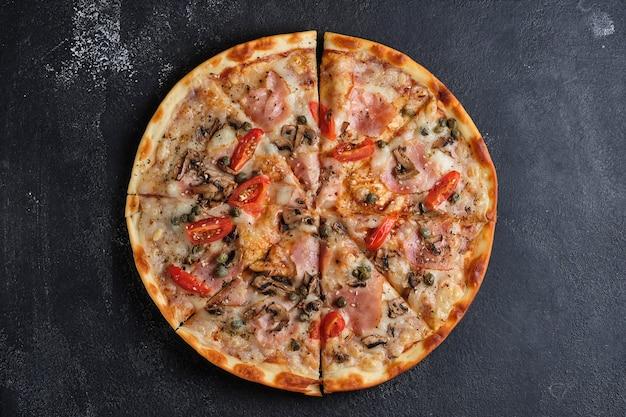 Pizza z pomidorami szynka kapary pieczarki mozzarella ser przyprawy sezam sos pomidorowy