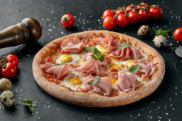 Pizza z pomidorami, szynką mozzarella i jajkiem przepiórczym